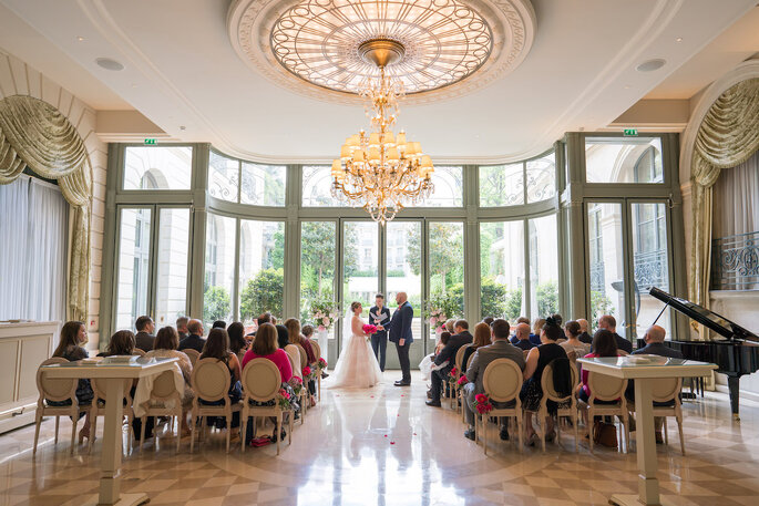 Les mariés se tiennent debout face à leurs invités pendant la cérémonie laïque