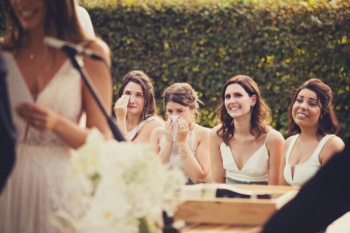 Freie Trauung. Gerührte Brautjungfern während der Trauung