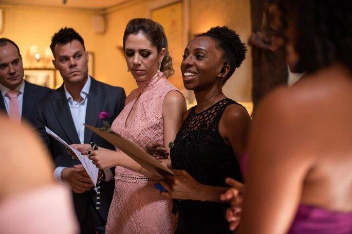 Cerimonialista dá orientação para os membros do cortejo antes da cerimônia