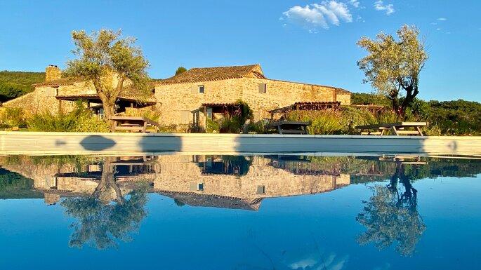 Une superbe propriété provençale en pierre avec sa piscine, baignée de soleil
