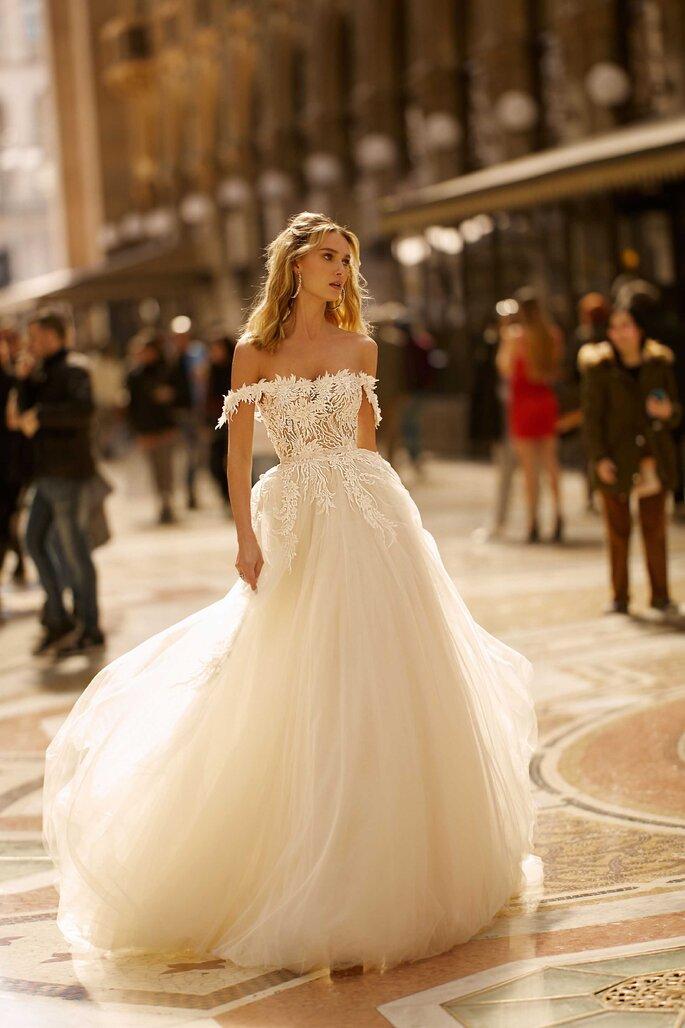 Vestido de novia hombros caídos con plumeti en la parte superior y falda en tul