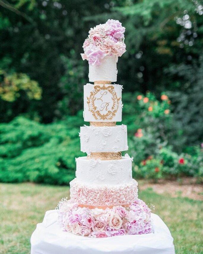 Une pièce montée pour mariage délicatement décorée avec des roses.
