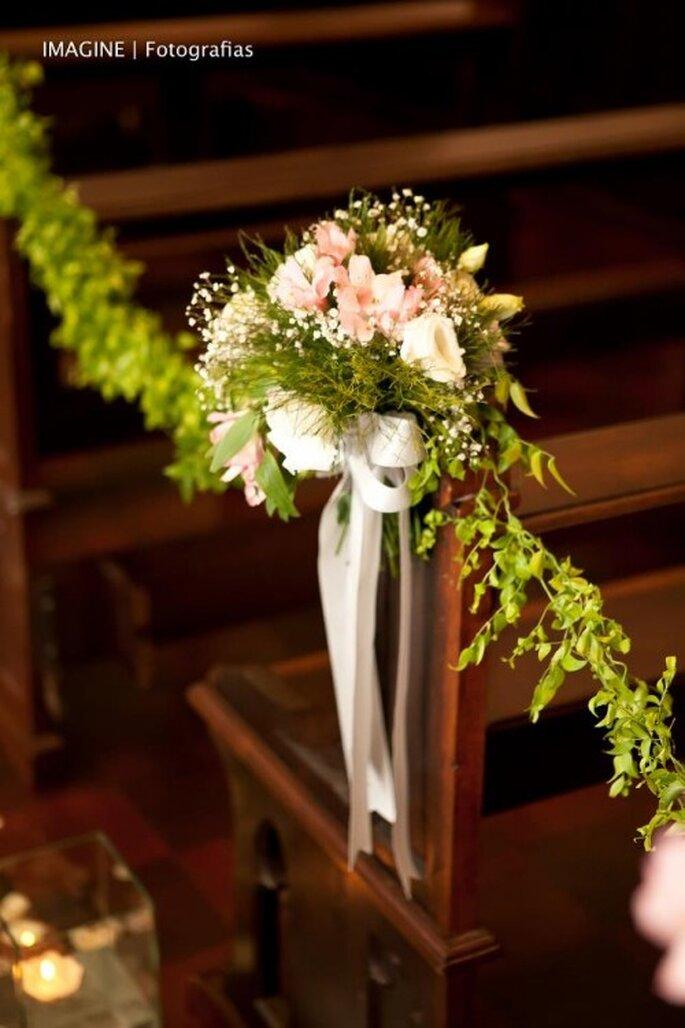 Flores y cintas combinadas con follaje. Foto: Imagine Fotografias