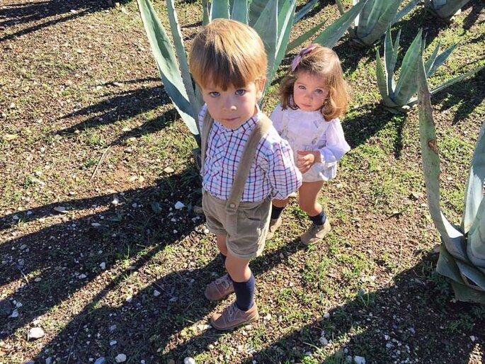 duas crianças um menino e uma menina