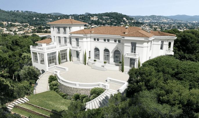 Magnifique propriété style villa, surplombant hyères, entourée d'arbres et avec un ciel bleu en toile de fond