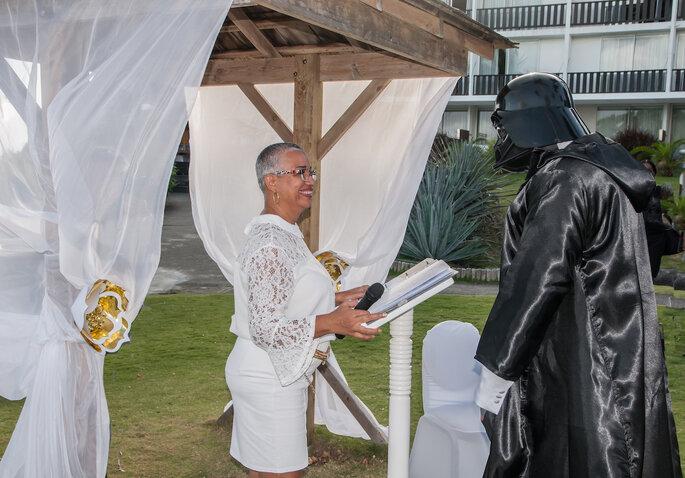 Un homme surprend sa femme en arrivant à la cérémonie vêtu d'un costume de Dark Vador.