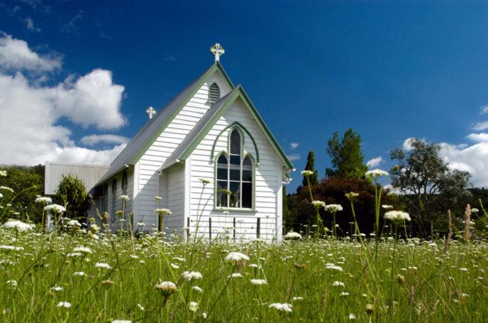 Heiraten Sie in einer Kapelle auf der Wiese – Foto: shutterstock