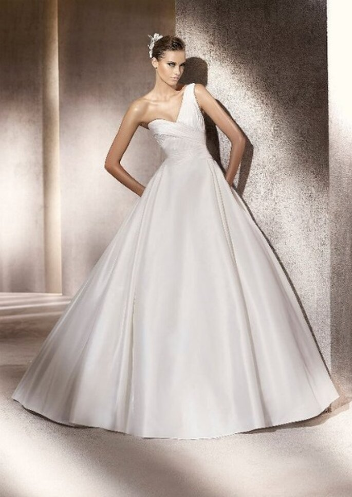 Vestido de novia con un solo tirante. Colección Glamour Pronovias 2012