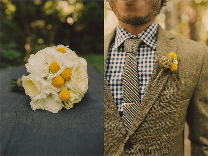 Boutonnieres que combinan con los arreglos florales y ramos de novias. Foto de Sweet Little Photographs