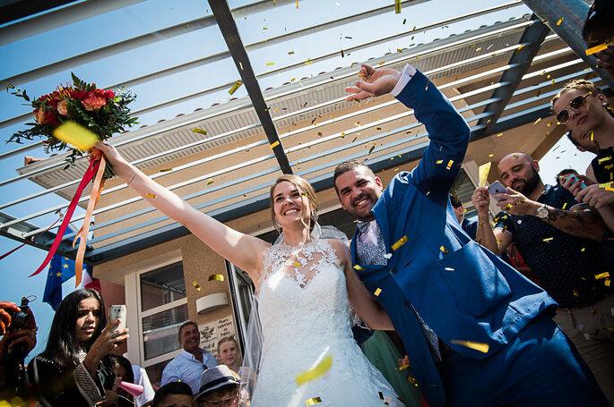 Les mariés sortent de la mairie heureux, sous les acclamations de leurs invités