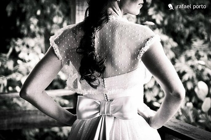 Novia con trenza despeinada, un look elegante. Foto: Rafael Porto