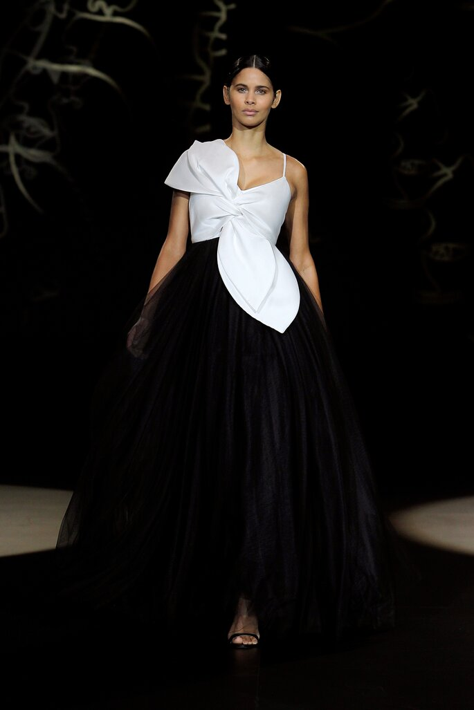 Vestido de novia con falda voluminosa de tul negro con nudo gigante en el pecho blanco con tirantes delgados