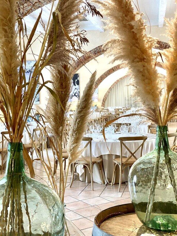 Une salle de réception à la décoration chic et rustique.