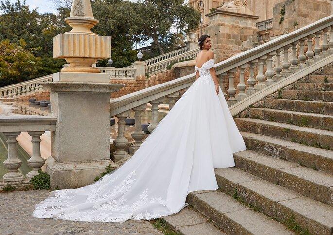 Pronovias Premiere 2021 Vestido de novia princesa con escote corazón con manguitos y espalda descubierta