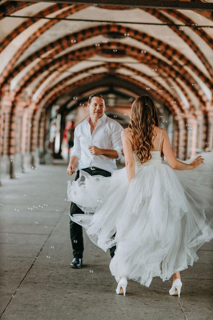Elopement Fun Wedding Shooting Brautpaar Tanzend