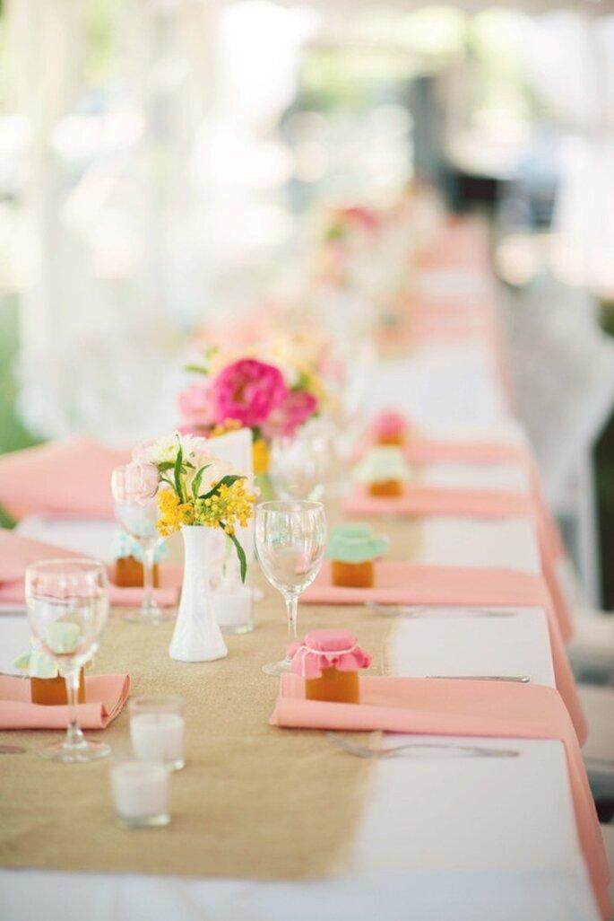 Rosafarbene und gelbe Blümchen mit passenden Servietten auf Ihrem Hochzeitstisch - Foto Gina Christine Photography