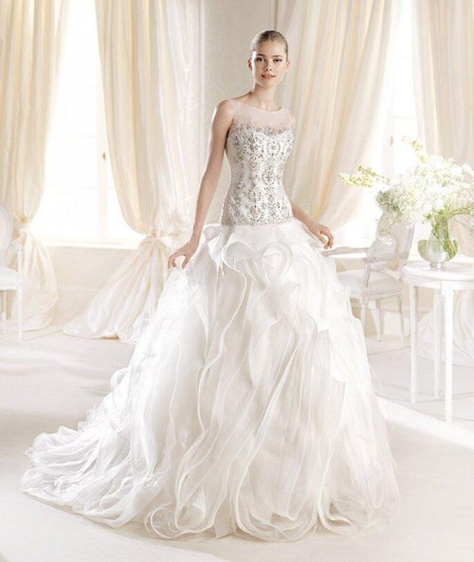 Vestido de novia con cintura baja, apliques en tono dorado y falda amplia - foto La Sposa
