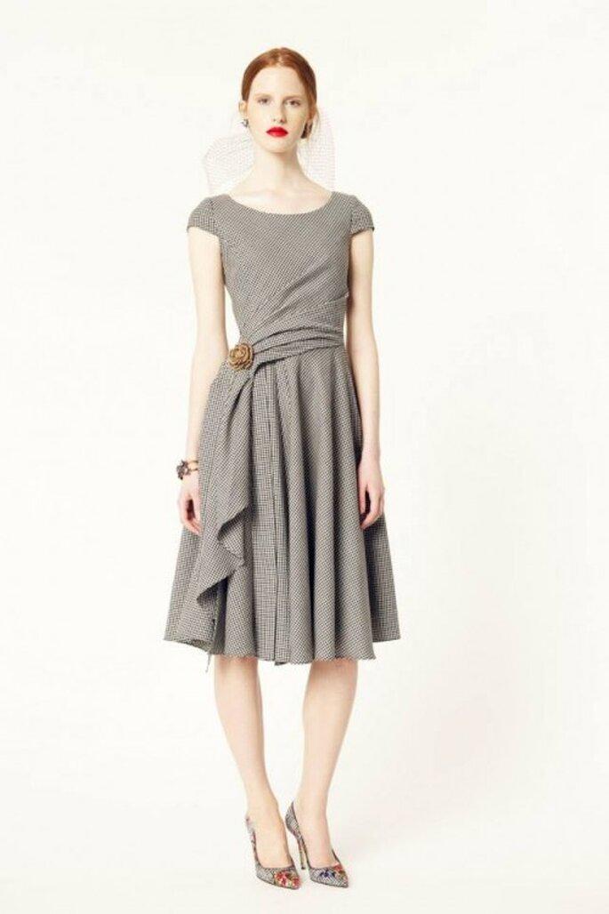 Vestido de fiesta corto en color gris con detalle discreto de peplum y mangas cortas - Foto Oscar de la Renta