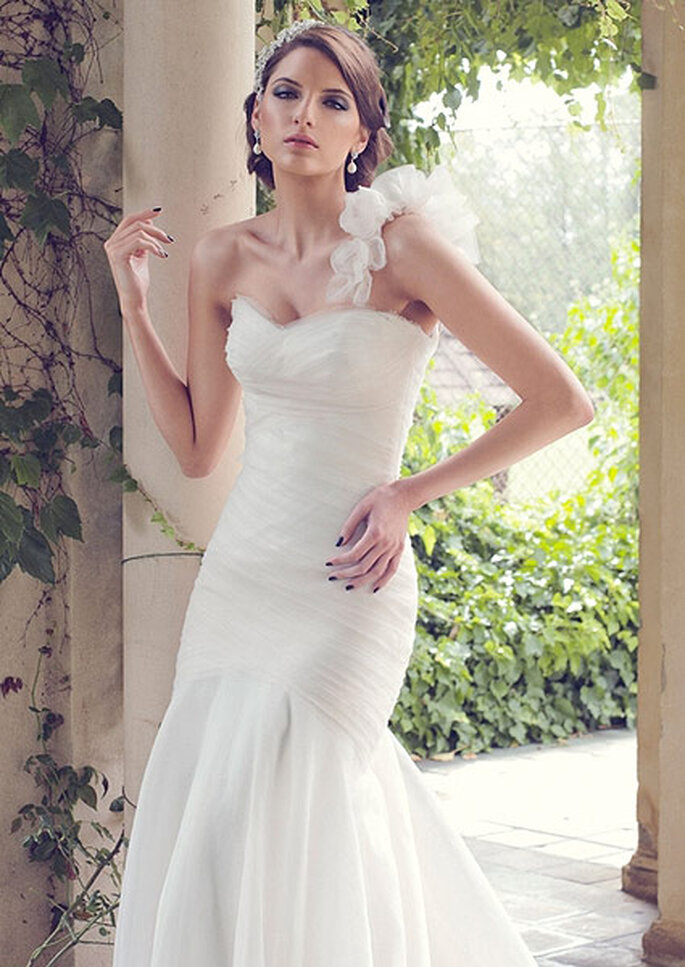 Vestido de novia asimétrico, de Karen Willis Holmes. Foto: Karen Willis Holmes
