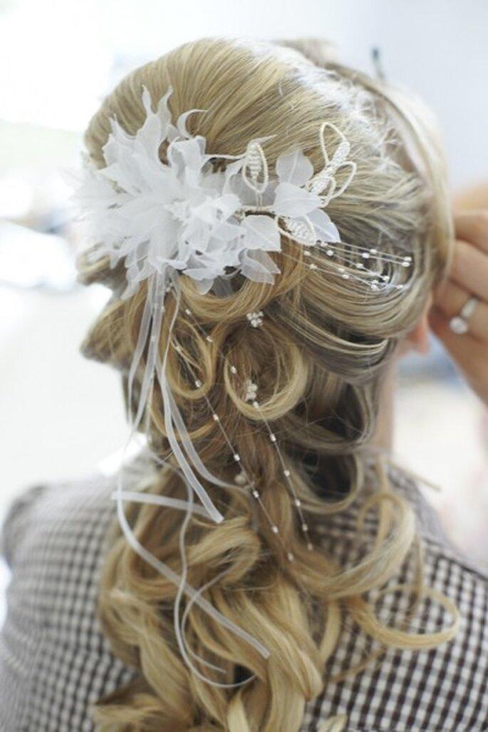 Halb hoch gesteckte Brautfrisuren wirken lieblich und glamourös – Foto: yourphoto.de