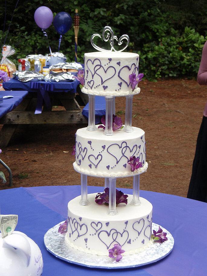 Pastel de bodas con corazones. Foto: Jennifer Rogers