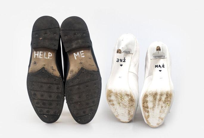 """Na podeszwach butów narzeczonego przyszła panna młoda napisała """"HELP ME"""", na własnych – """"JUŻ MĄŻ"""". Boglewice, kwiecień 2011. Fot. Marcin Wąsik"""