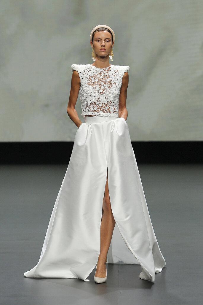 Colección Vestido de Novias 2021 Jesús Peiró vestido de novia de dos piezas con top de transparencias con decorados florales bordados, falda con un corte y hombros cuadrados con decoración