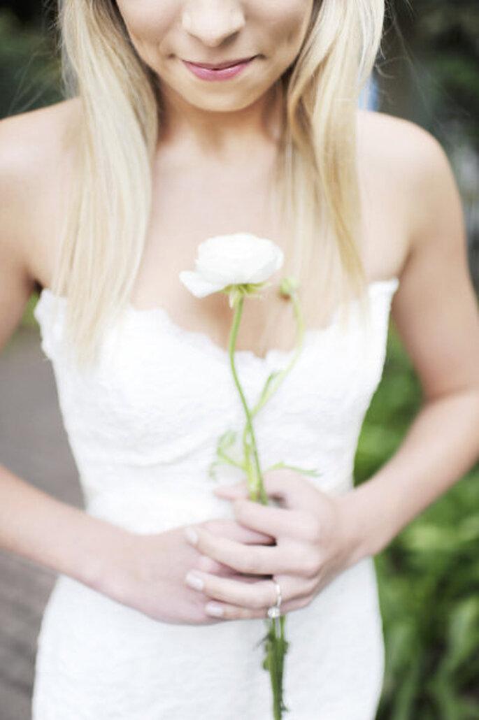 Rosen, Orichideen, Winterjasmin und Schneeglöckchen sind perfekt für Ihren Winter-Brautstrauß – Foto: stylemepretty.com