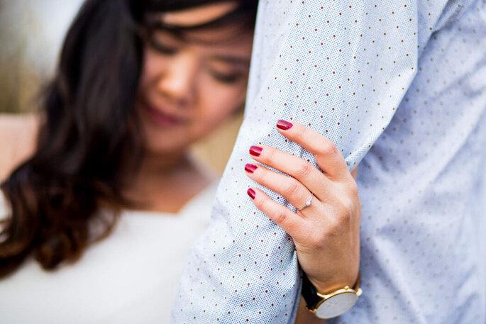 Lauriane Pujo, photographe de mariage à Mulhouse en Alsace - la main d'une mariée serrant doucement le bras du marié qui porte une chemise bleue à pois