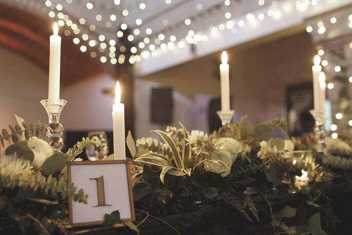 Decoración con velas en mesas y extensiones luminosas