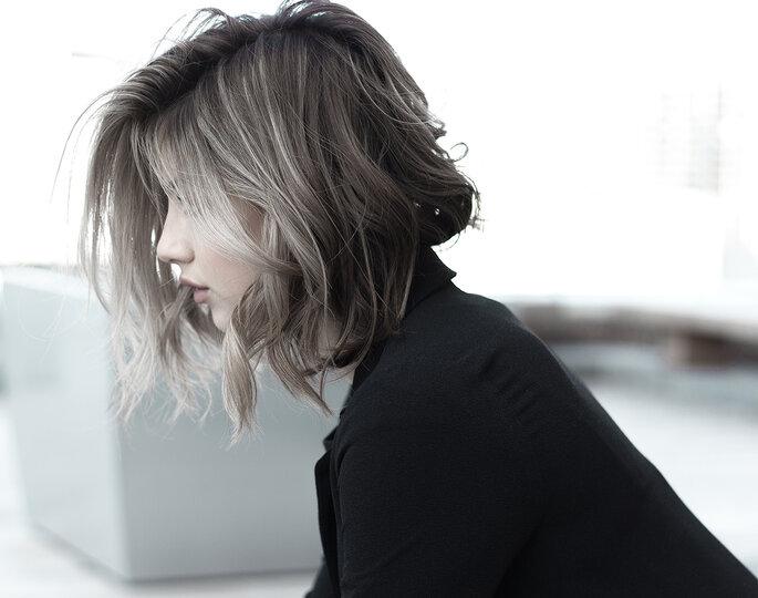 rapariga com cabelo curto e madeixas