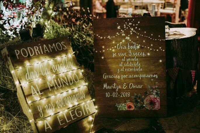 Tablones decorativos y luminosos a la entrada de la recepción de boda