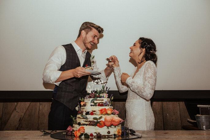 Beim Anschnitt der Hochzeitstorte. Foto: Helen von Saurma Photography