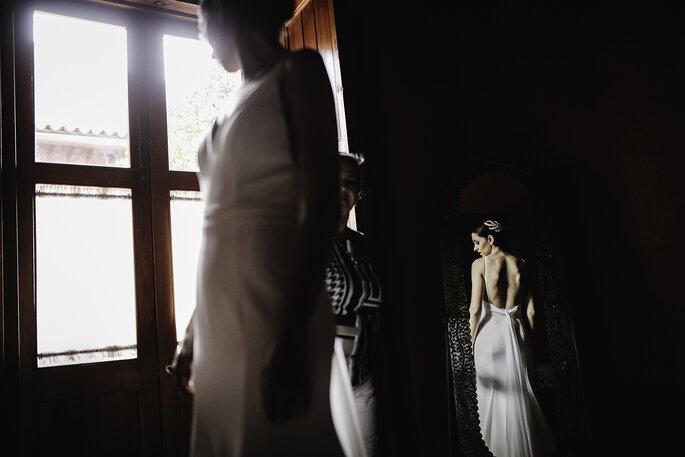 Boda en Pátzcuaro la novia observando su vestido