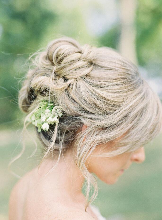 Peinado de novia con moño al costado