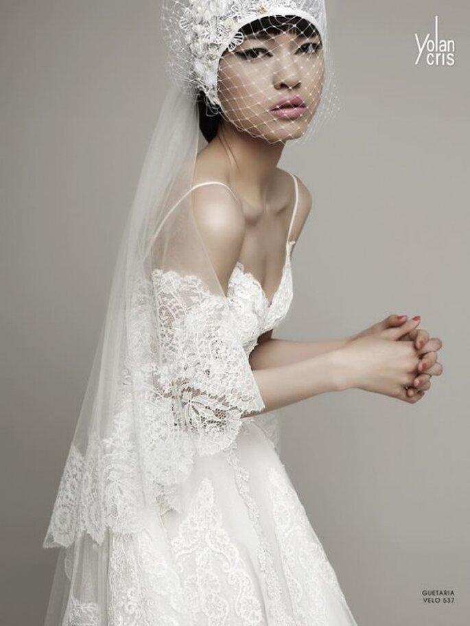Detalle de vestido de novia y velo estilo vintage con bordados de encaje - Foto YolanCris