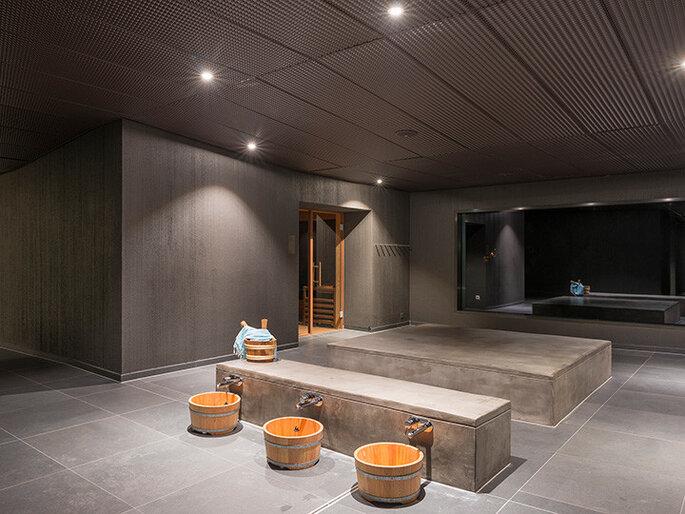 Área de SPA em tons de concreto e madeira no Wellness Hostel 4000, Saas na Suiça