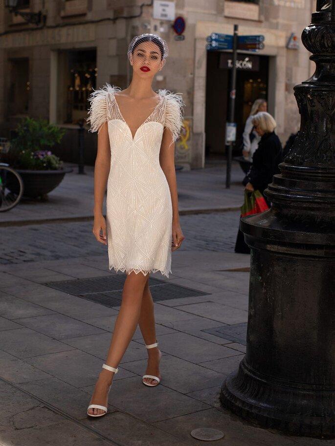 Vestido de novia para boda civil Pronovias Vestido de novia corto con escote de pico y pedreria