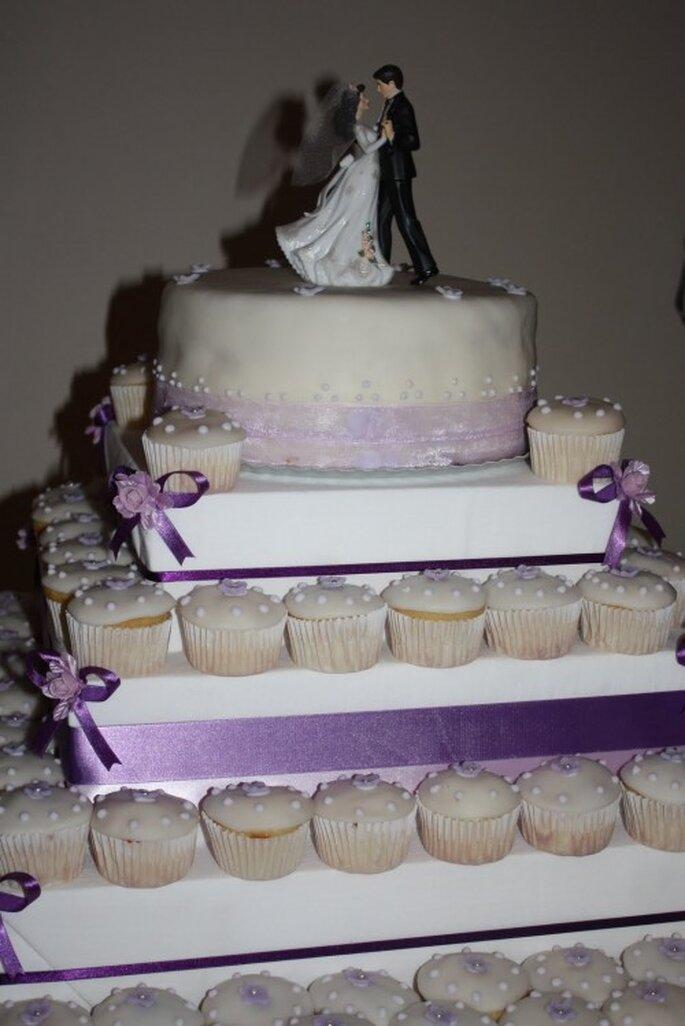 Pastel de boda con cupckaes. Foto  Dream-n-Bite
