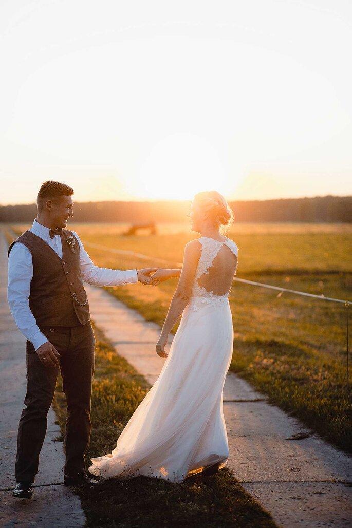 Hochzeitsfotos. Brautpaar tanzt vor Sonnenuntergang