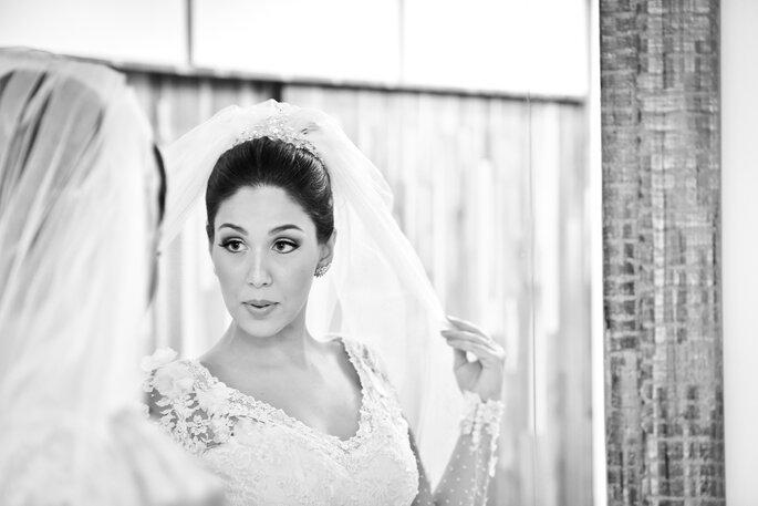 Noiva coloca véu em frente ao espelho