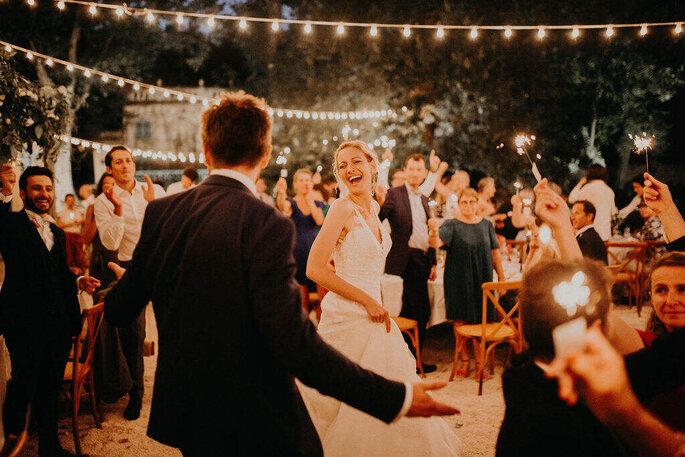 Les mariés dansent et rient pendant leur soirée de mariage