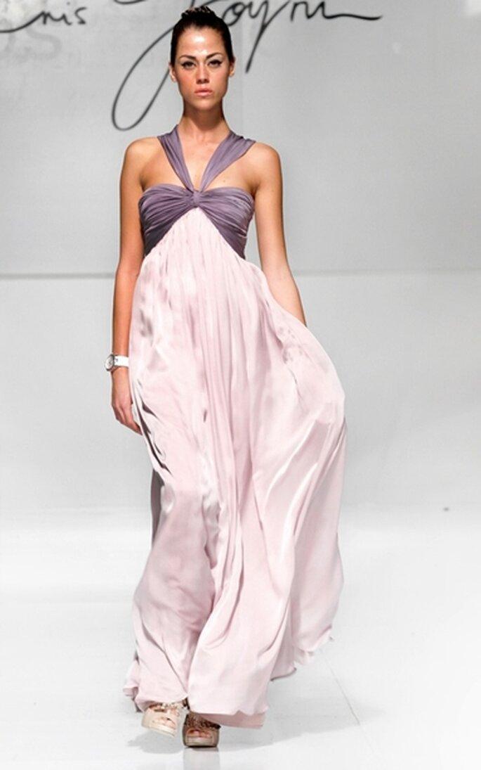 Vestido de fiesta largo vaporoso con escote drapeado en gasa satinada de seda color uva y lila