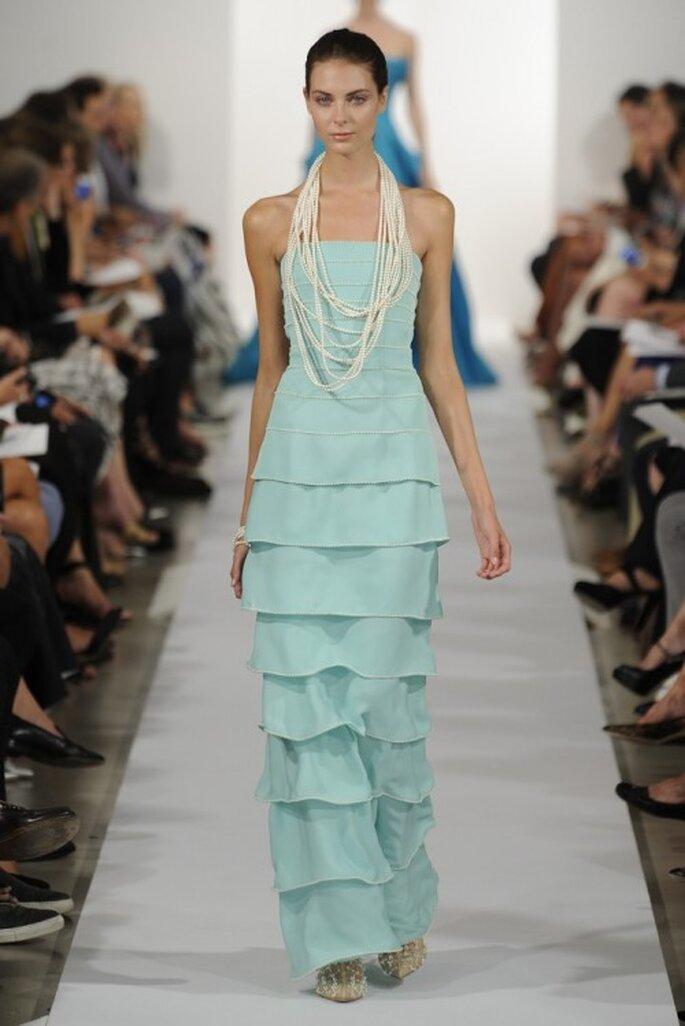 Vestido de fiesta en color turquesa con escote strapless y capeado en la falda - Foto Oscar de la Renta