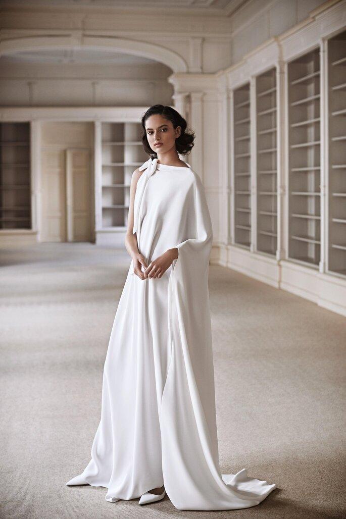 vestido de noiva em crepe largo com decote subido assimetrico decorado com um laço