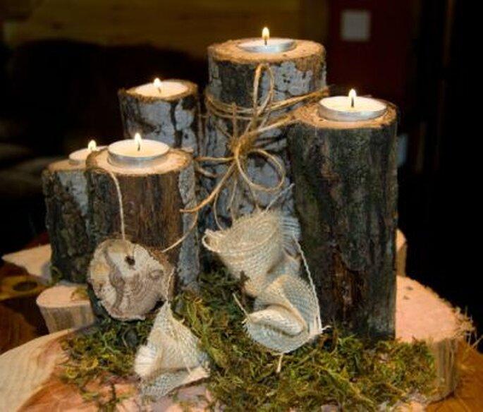 Tischdeko zum Selbermachen - schmale Baumstücke etwas aushöhlen und ein Dekolicht in die Öffnung setzen Foto: Etsy.com woodburlapandlace Lori Price