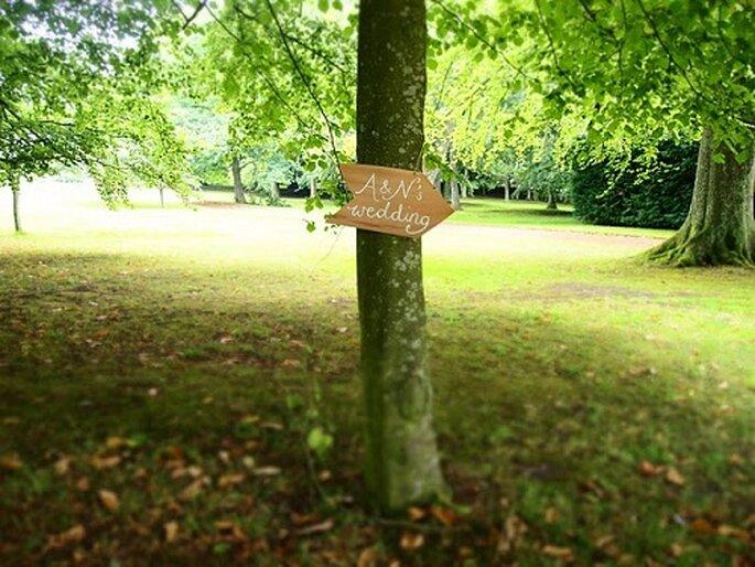 Cartel de boda en un árbol con función indicativa. Foto: Artemis & Nao.