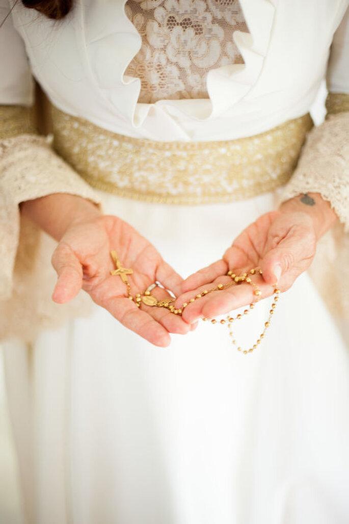 Noiva com terço nas mãos