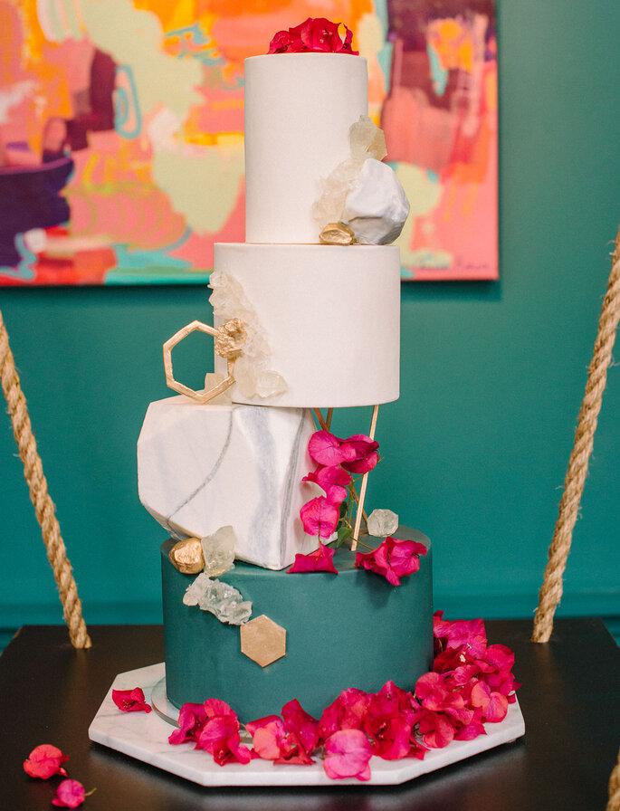 Torta para matrimonio con efecto caída y efecto mármol en su diseño