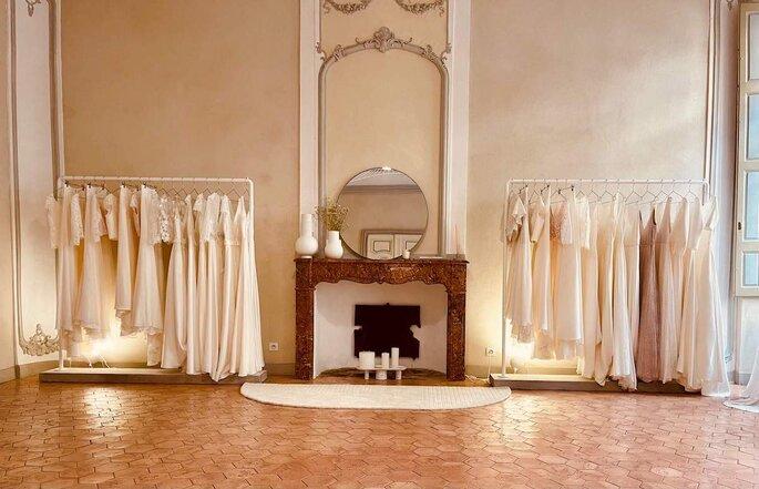 Le showroom de White Lab où des robes sont exposées dans un décor moderne et chaleureux.